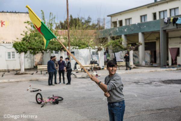 Un niño sostiene una bandera del Kurdistan