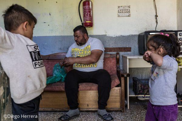 Un padre cocinado en el campo de refugiados de Lavrio