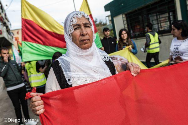 Una anciana durante una protesta contra Erdogan por las calles de Lavrio