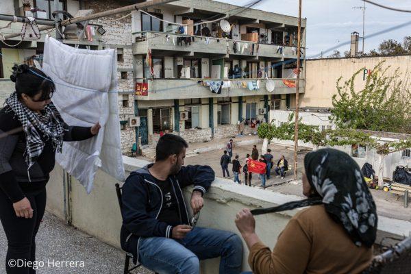 Una familia conversa desde una de las terrazas del campo de refugiados de Lavrio