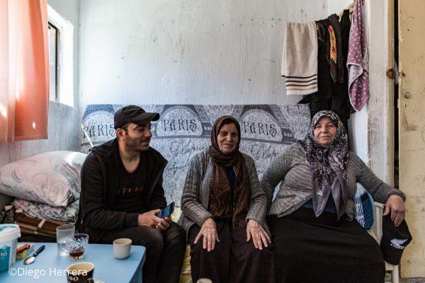 Varios kurdos comparten un té y conversaciones